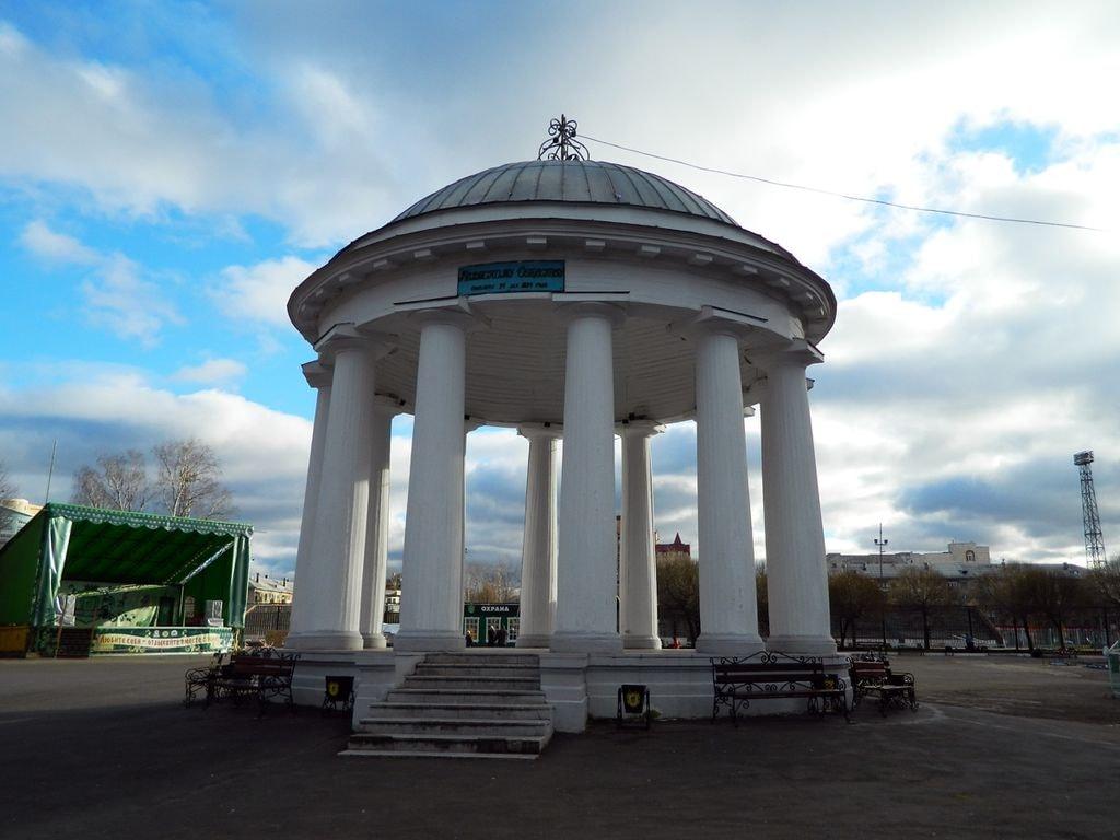 1024px-Ротонда_в_парке_Горького_(Пермь)