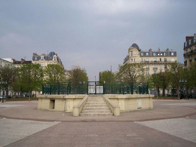 1024px-Clichy-la-Garenne_Ð1_place_kiosque