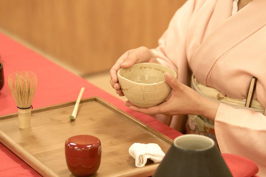 1024px-Japanese_tea_ceremony_20100502_Japan_Matsuri_20