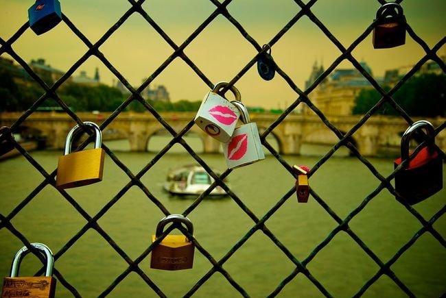 1024px-Lesbian_padlocks_at_Pont_des_Arts,_Paris