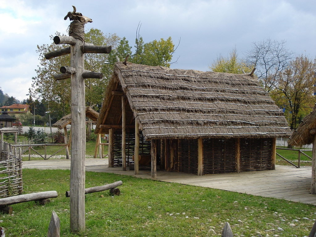 A Neolithic house in Tuzla's Archaeological Park | © Prof saxx/WikiCommons