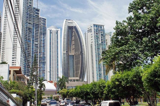 1024px-Panama_08_2013_Trump_Ocean_Club_Tower_7089
