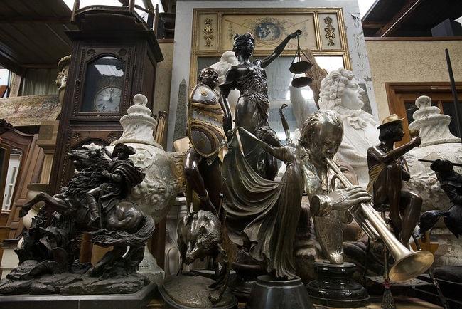 1024px-Paris_-_Antiques_in_a_shop_at_the_Marche_Dauphine_-_2655