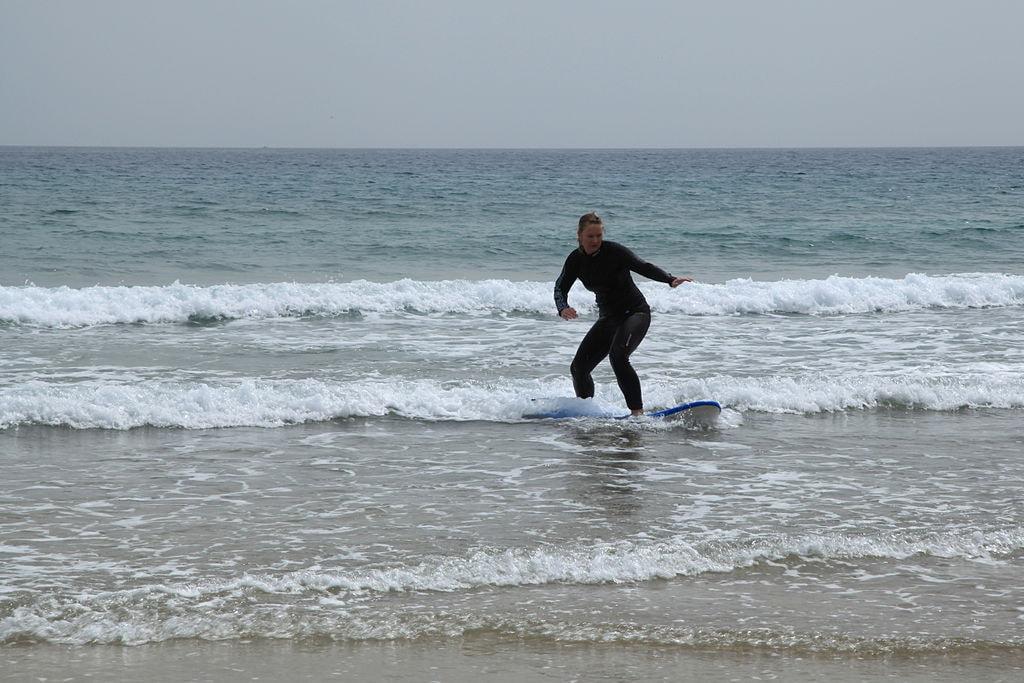 1024px-Puerto_del_Rosario_-_Playa_Blanca_-_surf_schools_14_ies