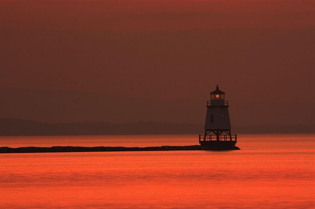 1024px-The_light_house_in_lake_Champlain_in_the_dusk_as_seen_from_Burlington_VT.