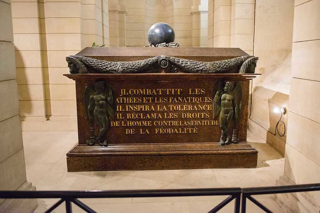 1024px-Tomb_of_Voltaire_in_the_Pantheon_2012-10-11