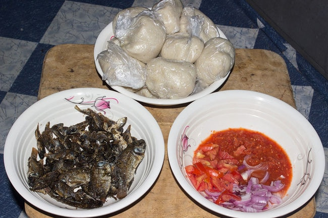 1200px-BANKU_WITH_FRIED_FISH_&_HOT_PEPPER