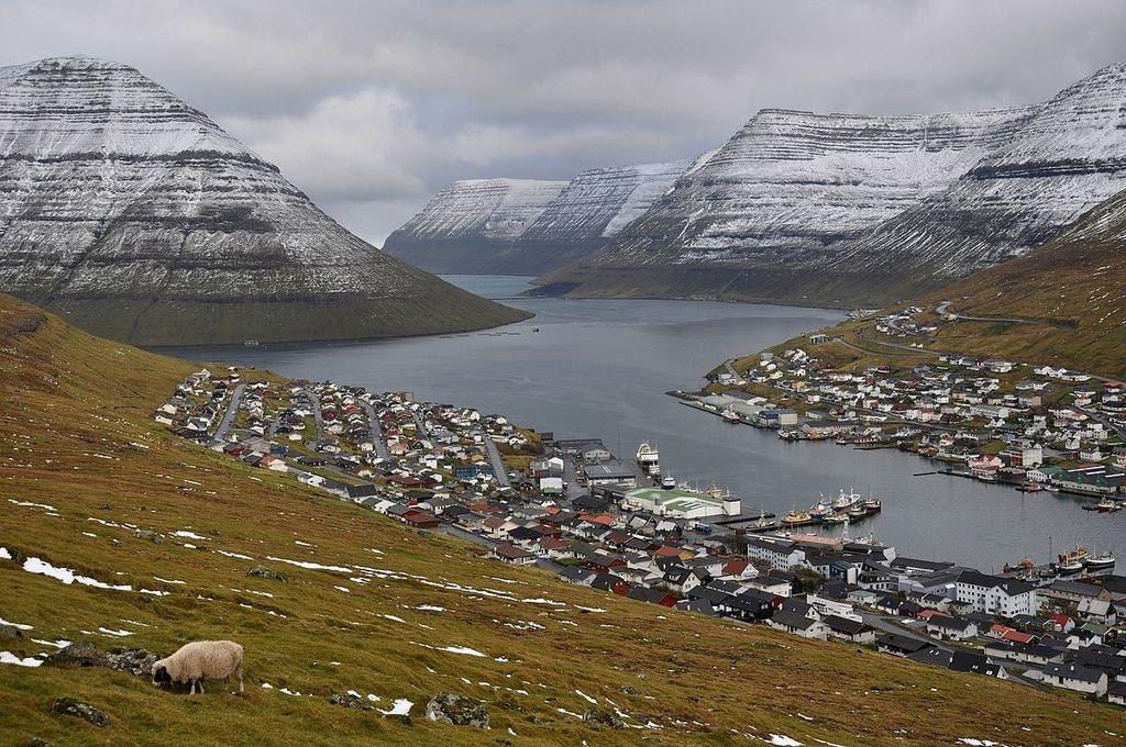 1200px-Faroe_Islands,_Borðoy,_Klaksvík_(3)