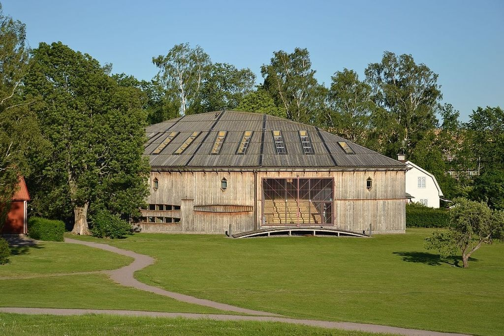1200px-Gamla_Uppsala_museum_(by_Pudelek)
