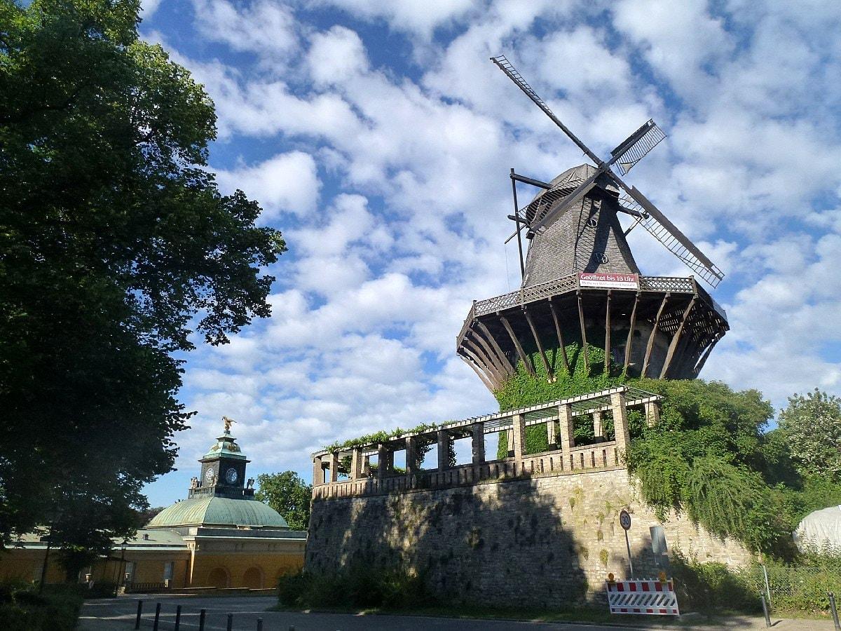 1200px-Historische_Mühle,_Neue_Kammern,_Sanssouci,_Potsdam_-_panoramio (1)