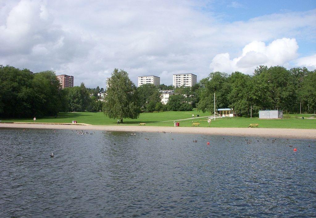 1200px-Hässelby_Maltesholmsbadet_2010