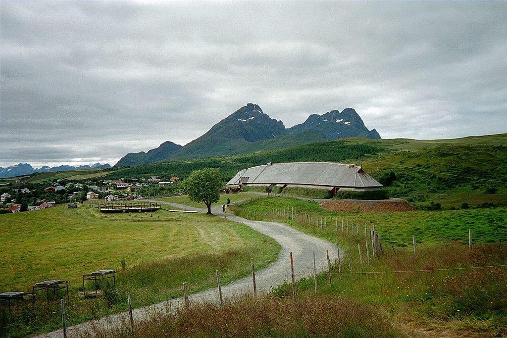 1200px-Høvdinghuset,_Borg_i_Lofoten