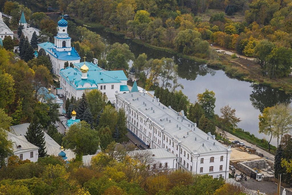 1200px-Svjatogorsk,_Lavra_4