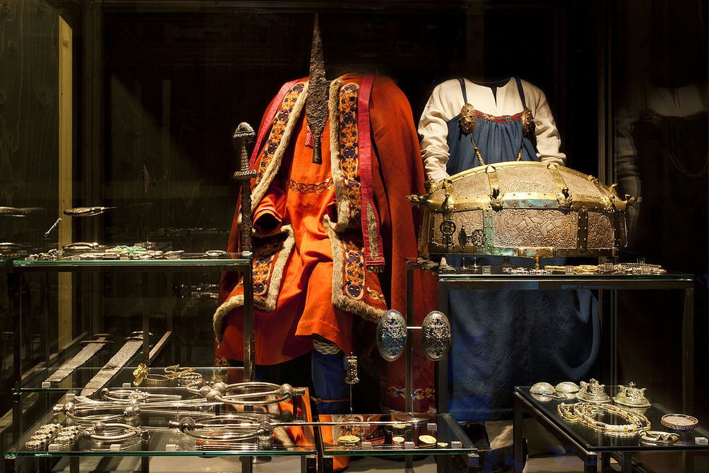 1200px-Viking_attire_and_jewellery_-_VIKING_exhibition_at_the_National_Museum_of_Denmark_-_Photo_The_National_Museum_of_Denmark_(9066249362)