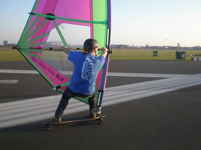 1200px-Windskater_auf_dem_Tempelhofer_Feld