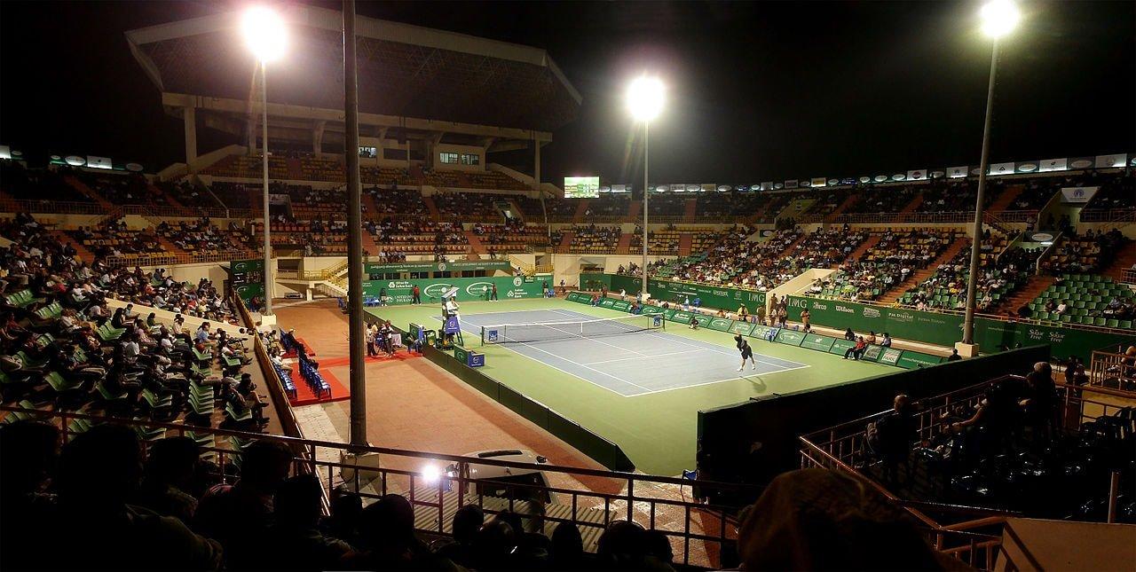 1280px-Nungambakkam_SDAT_Tennis_Stadium_floodlit_match_panorama