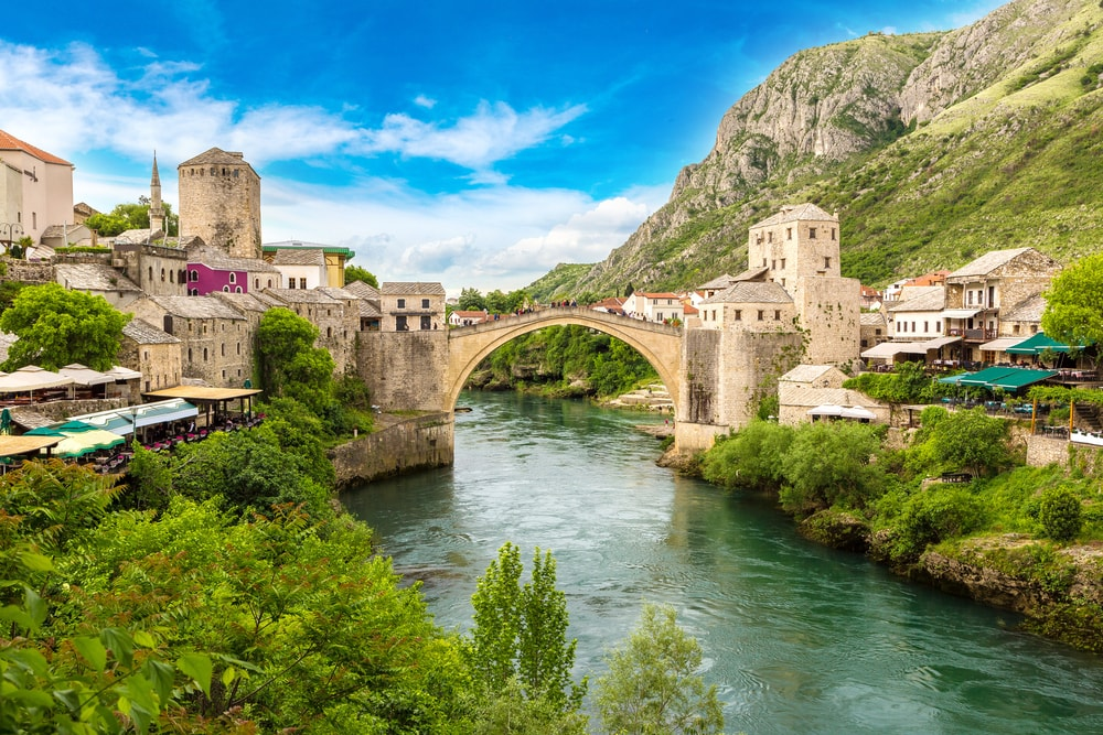 The Old Bridge in Mostar in a beautiful summer day, Bosnia and Herzegovina | © S-F/Shutterstock