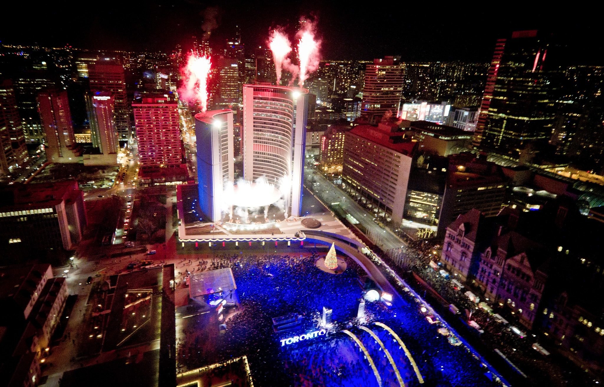 Fireworks at Nathan Phillips Square | © d_pham/Flickr
