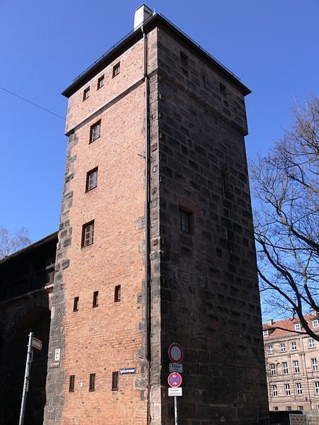 450px-Nürnberg_Spittlertormauer_Turm_Grünes_B_Stadtseite_3