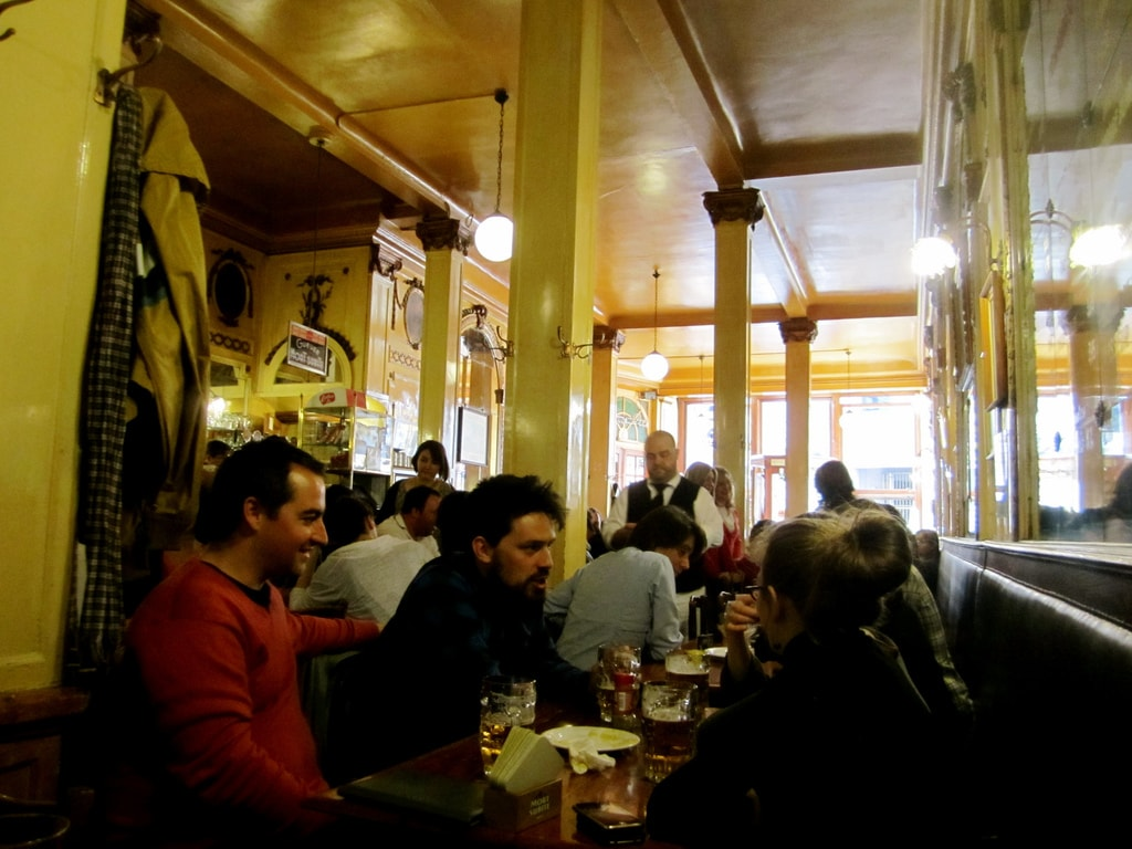 Bonding at legendary Brussels café A La Mort Subite | © La Citta Vita / Flickr