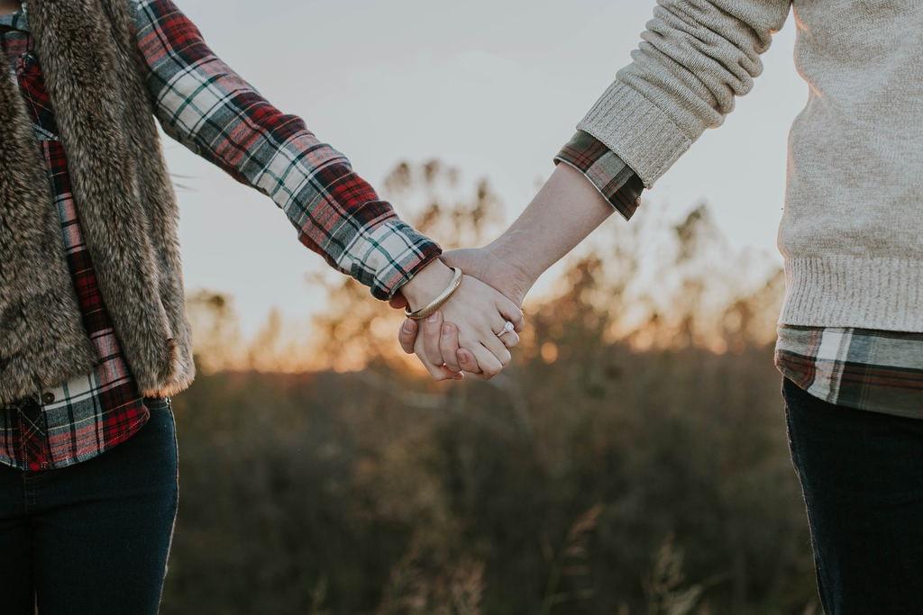 Holding hands | © Brooke Cagle / Unsplash