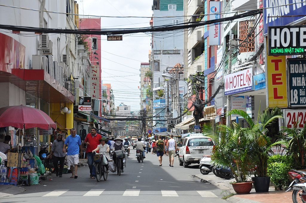 Bui Vien Street. Home turf for the shoe shiners | © trungydang/WikiCommons