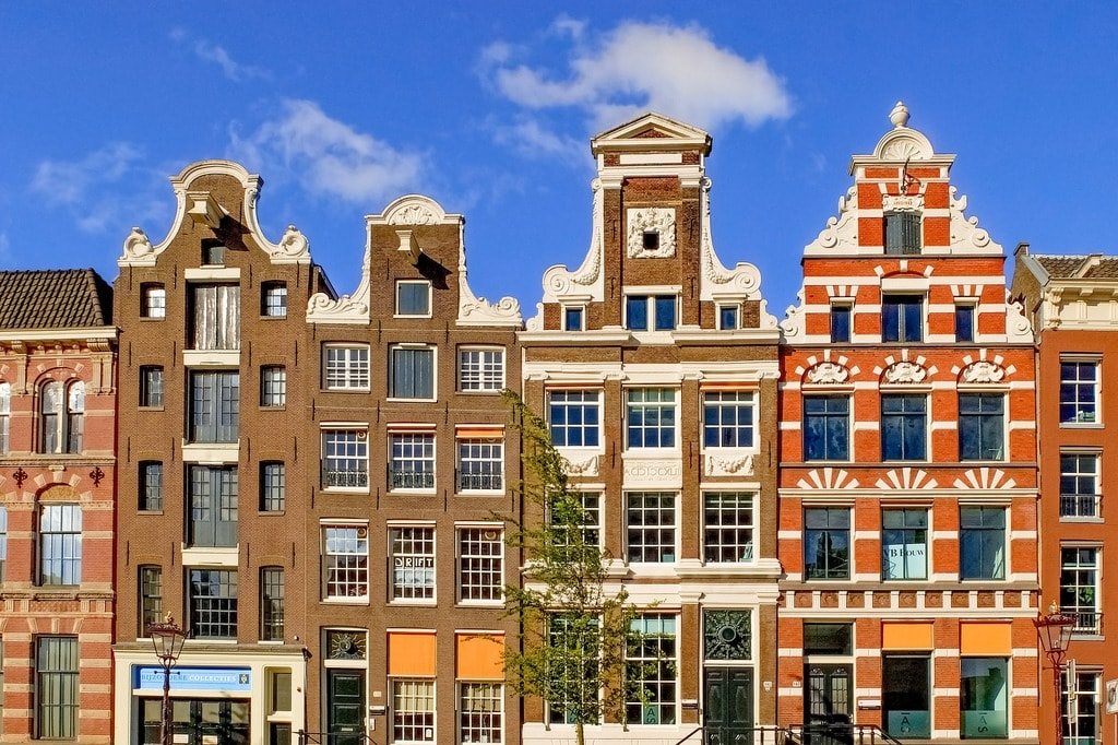 Typical town houses in Amsterdam   © Pixabay