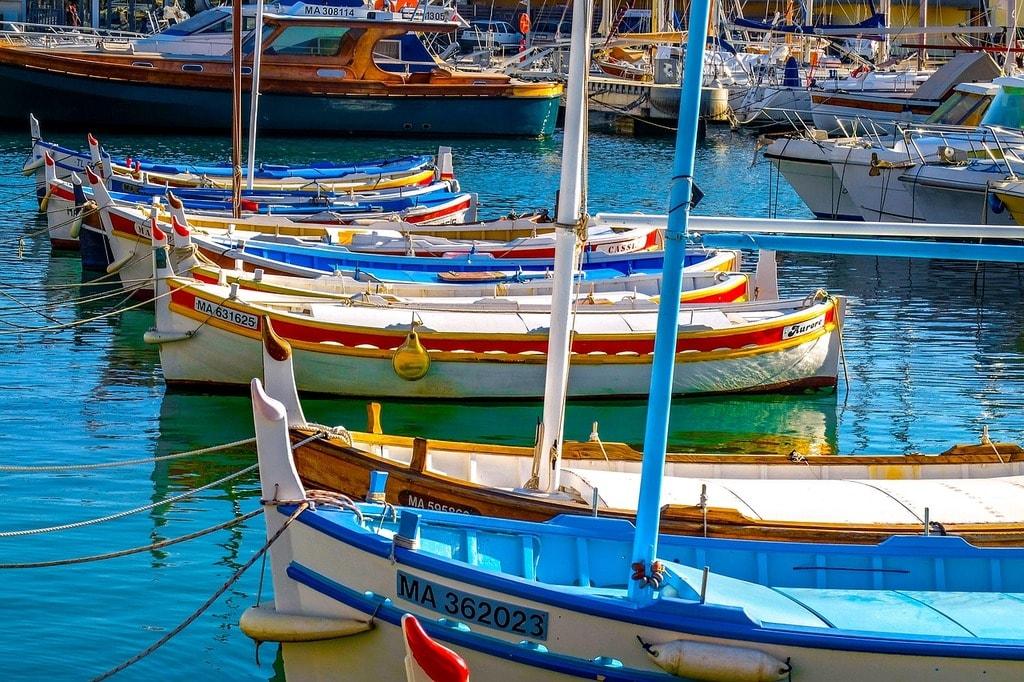https://pixabay.com/en/fishing-boat-small-boat-barque-2103041/