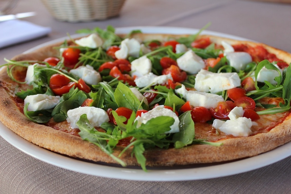how to eat pizza in italy