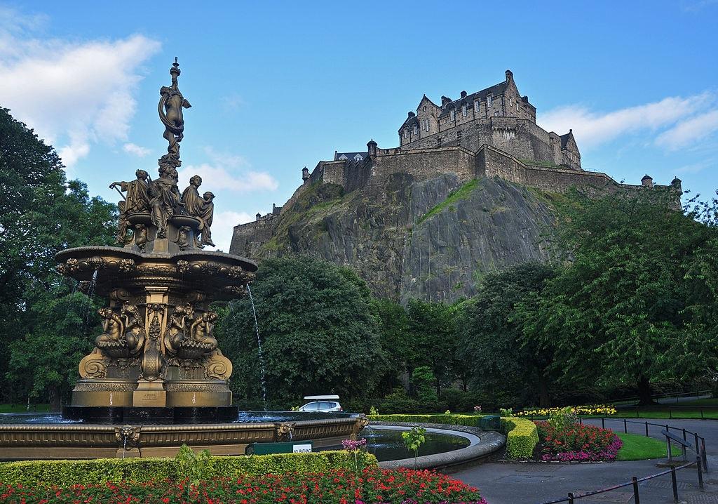 Edinburgh Castle and Ross Fountain | © Nilfanion / WikiCommons