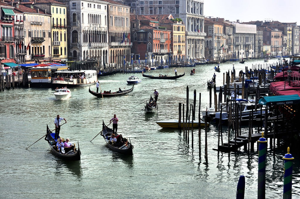 Grand_Canal_-_Rialto_-_Venice_Italy_Venezia_-_Creative_Commons_by_gnuckx_(4968452433)