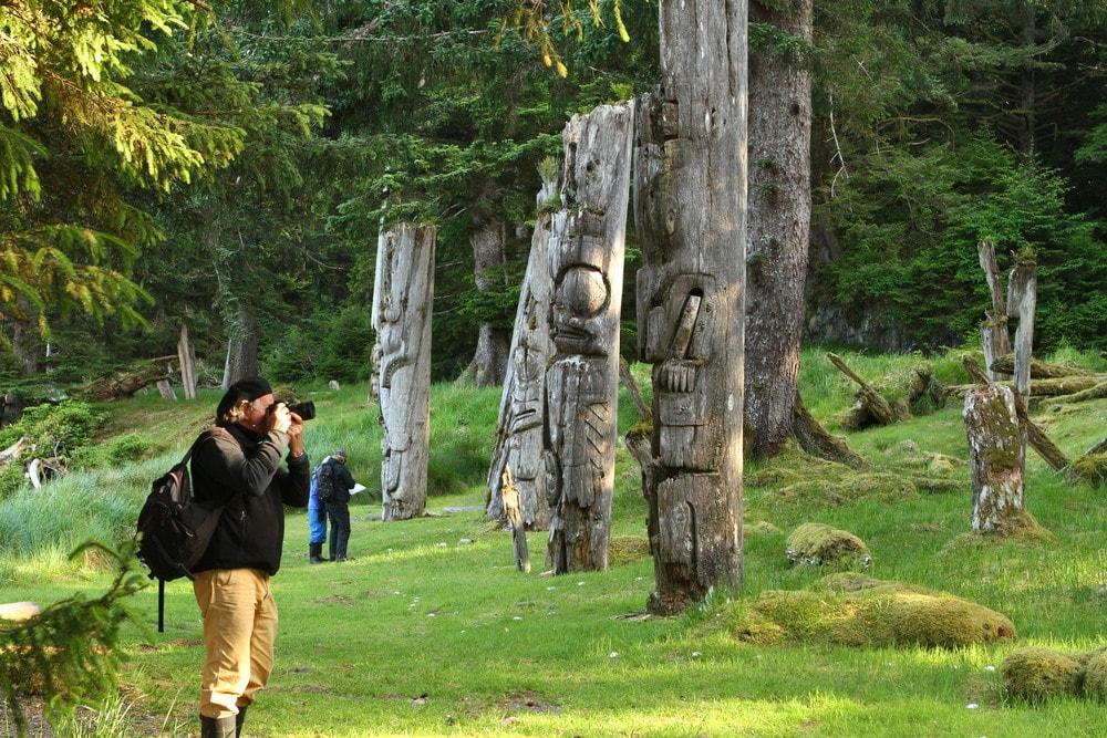 Totem polls in Haida Gwaii |© Maple Leaf Adventures