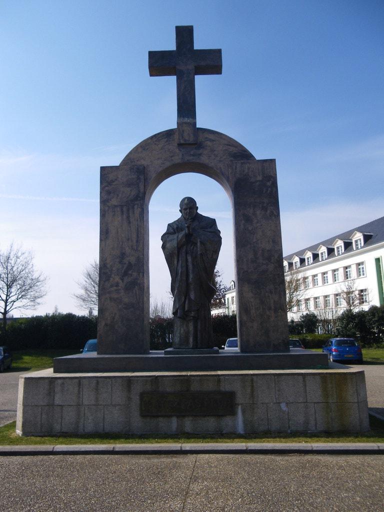 La_statue_de_jean_paul_ll_a_ploermel_-_panoramio