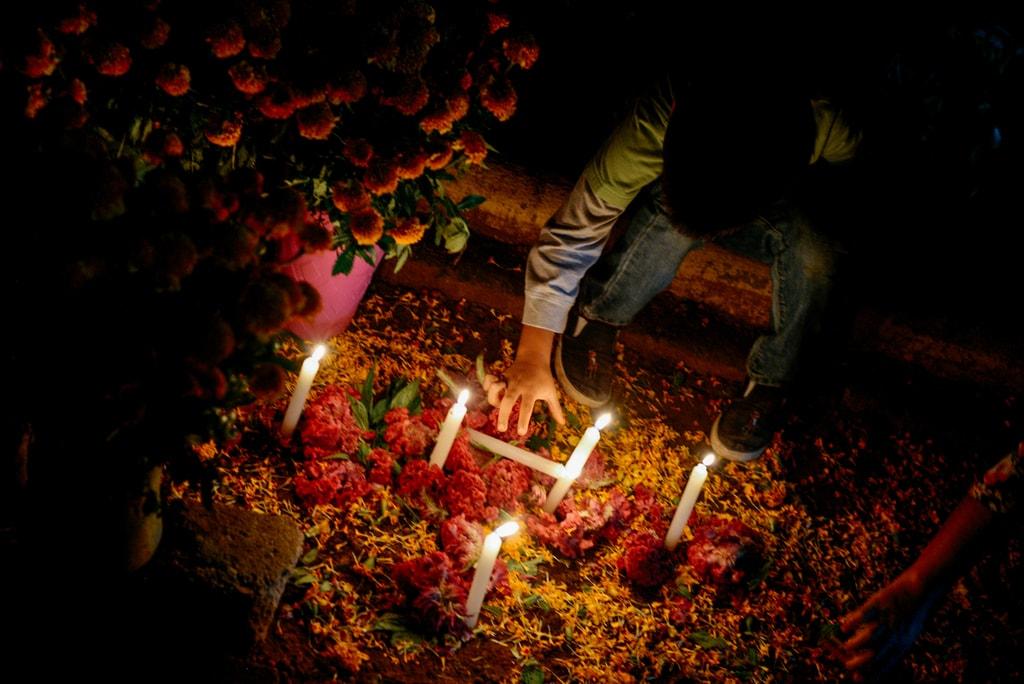 lighting candles 311017