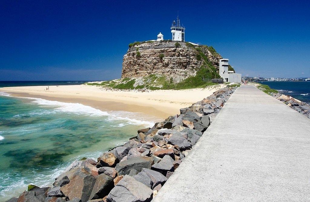 Nobbys Beach and Lighthouse | © Philarazzi_Wikimedia Commons