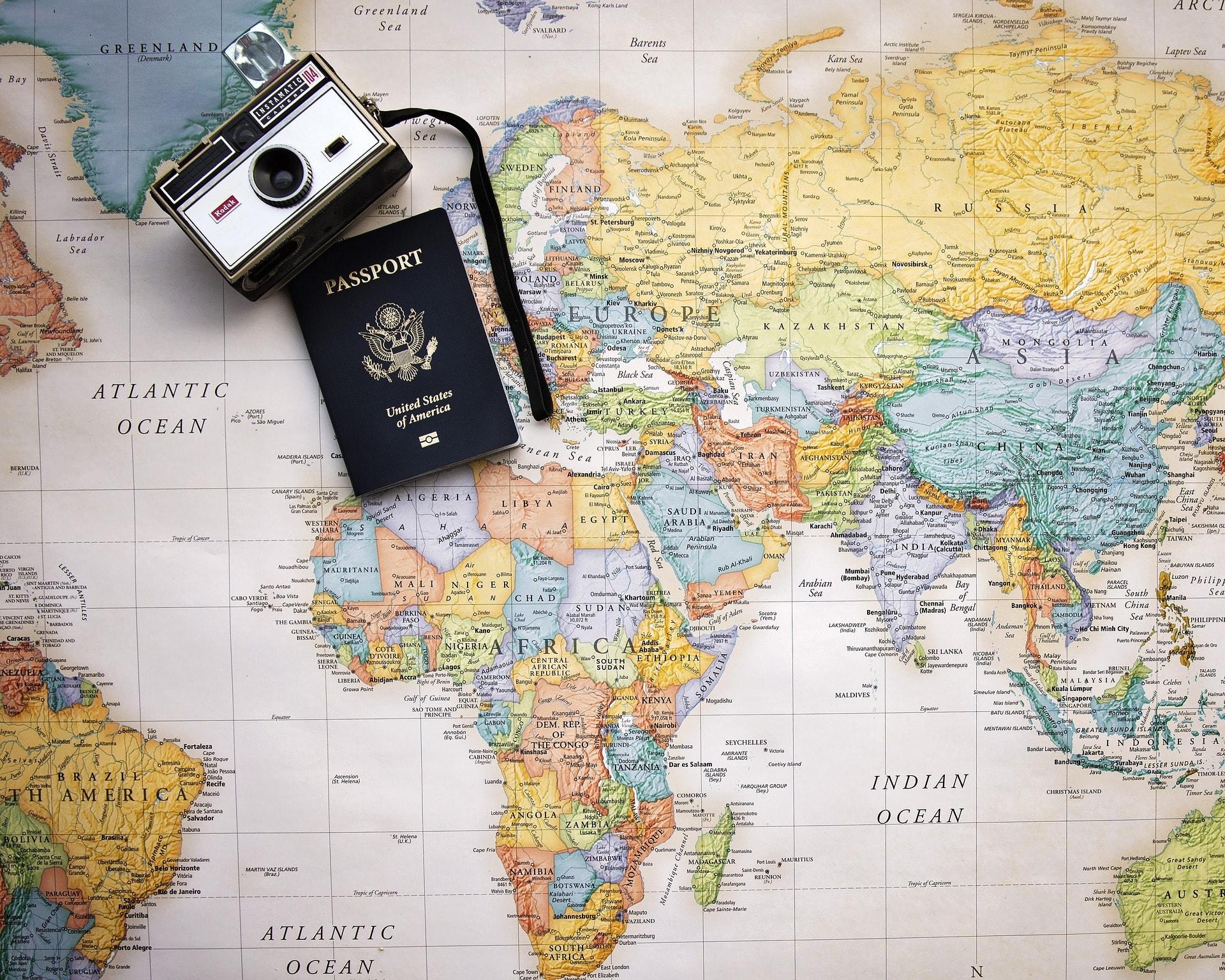 Passport and camera flat lay | ©Pam Patterson / Pixabay