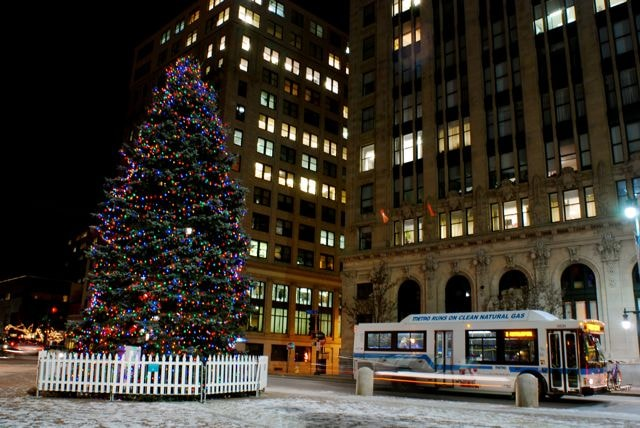 Monument Square Christmas Tree | © Itsjake1 / Wikimedia Commons