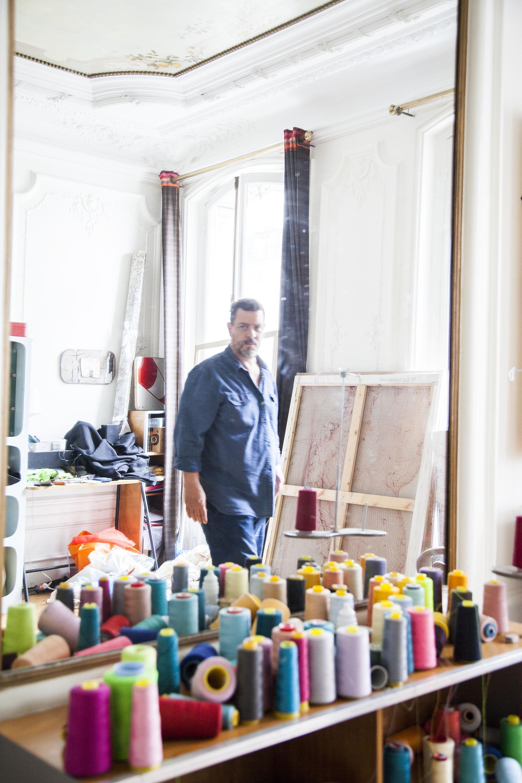 portrait de l'artitste dans son atelier