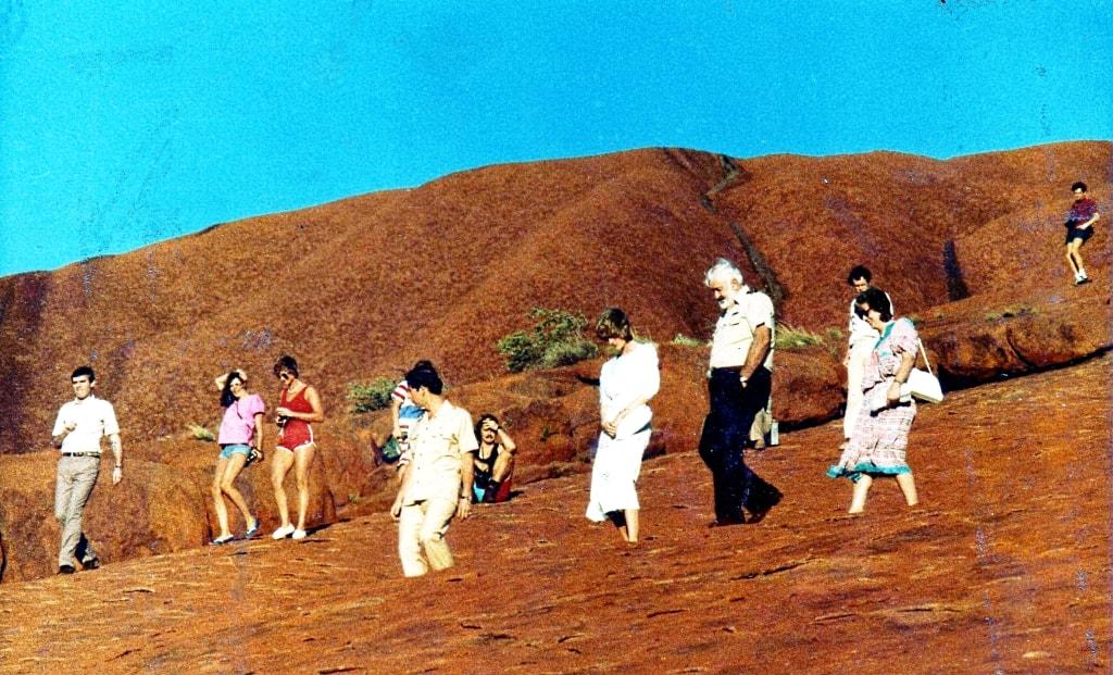 Prince Charles and Princess Diana climb Uluru | © John Hill:Wikimedia Commons