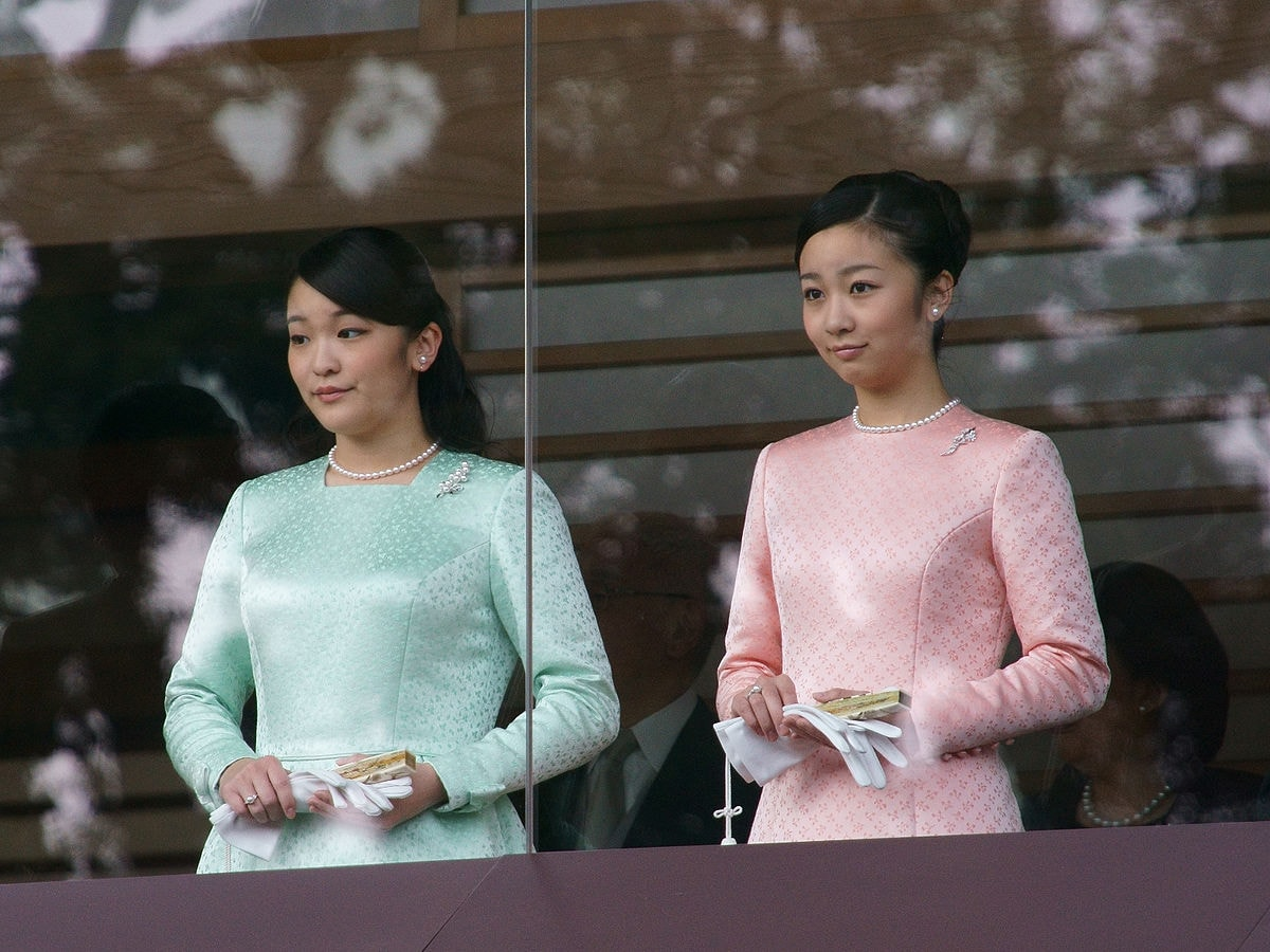 Princess Mako (left) and Princess Kako (right) during the 2015 New Year Greeting at the Tokyo Imperial Palace | © Kounosu1 / WikiCommons