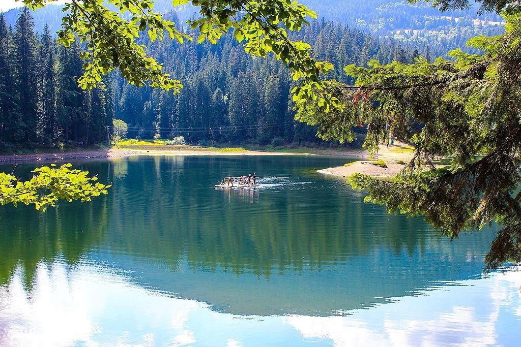 Rafting_on_Lake_Synevyr,_part_2