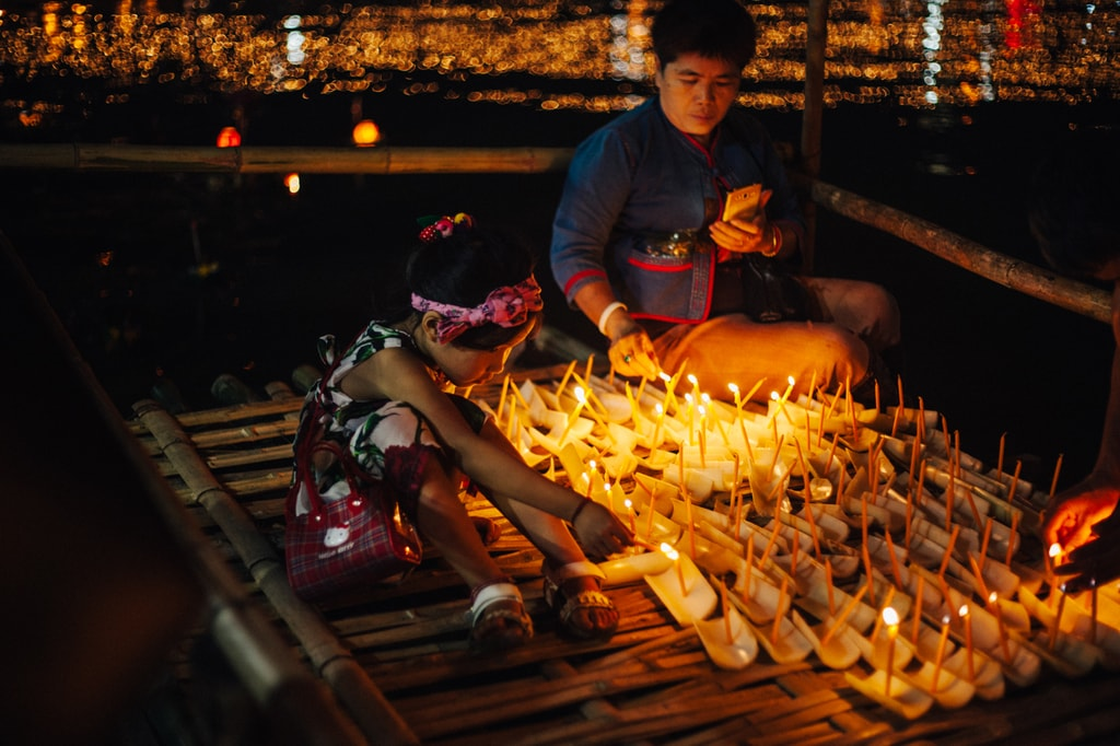 A young girl helps light the candles | Gioia Emidi / © Culture Trip