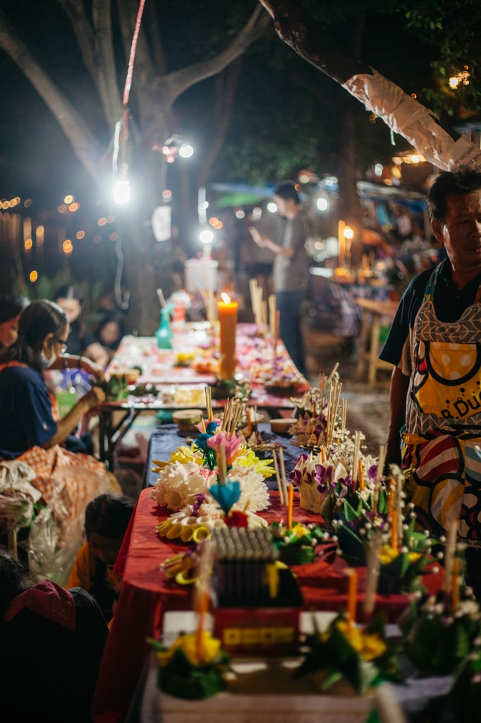 Festival participants make 'krathong' | Gioia Emidi / © Culture Trip