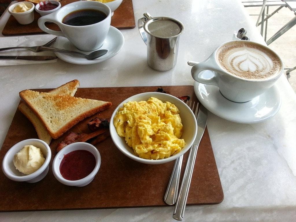 https://pixabay.com/en/scrambled-eggs-breakfast-coffee-423066/
