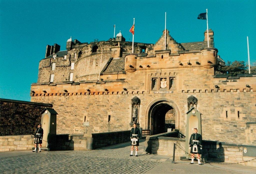 Sentries at Edinburgh Castle Gatehouse | © Kim Raynor / WikiCommons