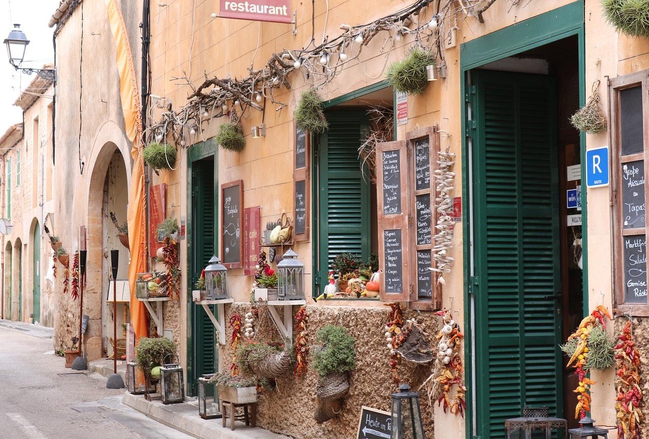 https://pixabay.com/en/shops-mediterranean-alley-2897328/