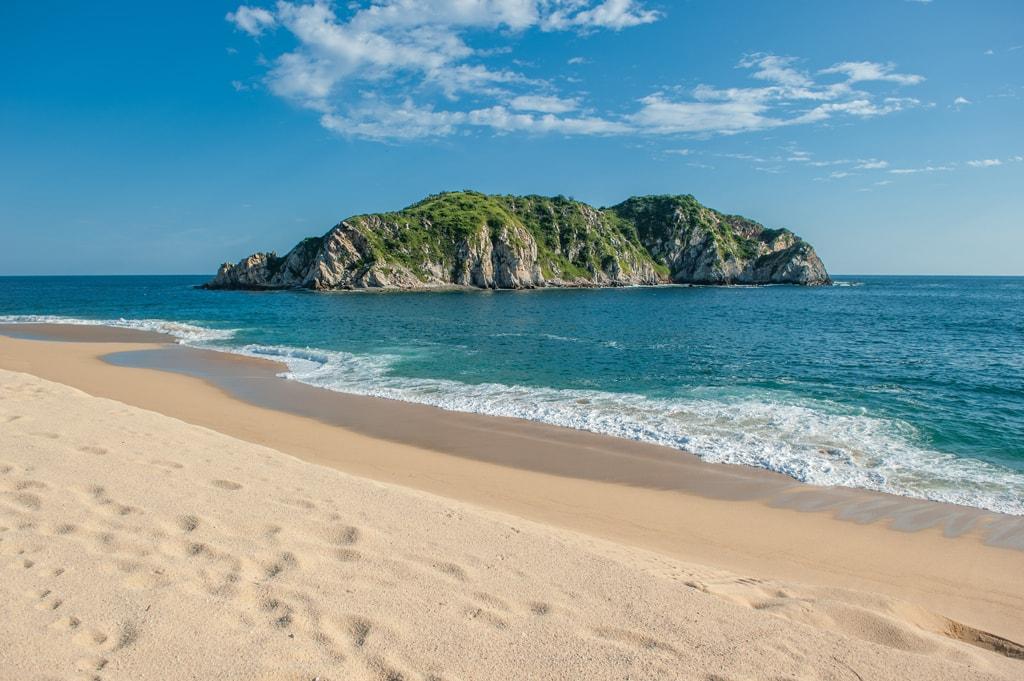 Cacaluta beach in Huatulko, Oaxaca, Mexico   © javarman/Shutterstock