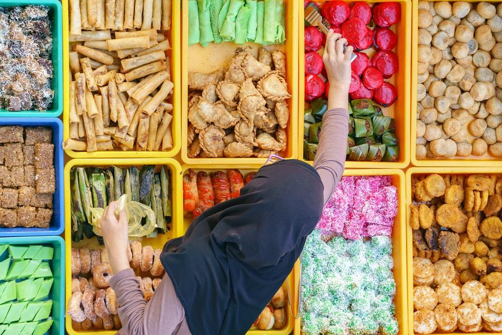 Homemade kuih at a local market in Malaysia | © Lano Lan \ Shutterstock