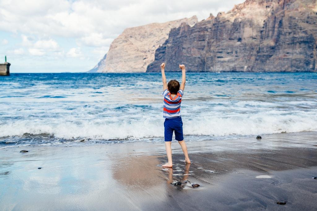 Mountain Cliffs over a beach in Tenerife, Canary Islands | © plantic/Shutterstock
