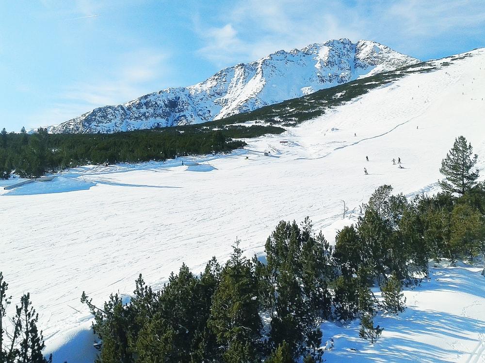 Skiiers in Bansko, Bulgaria | © Nataliya Nazarova/Shutterstock